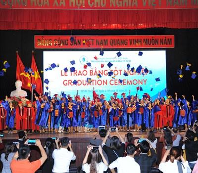 Lễ trao bằng tốt nghiệp ĐH, CĐ chính quy, ĐHCQ chương trình CLC và ĐH hệ VLVH năm 2018