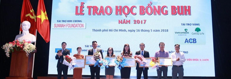 Đảng ủy , Ban Giám hiệu tặng hoa, chụp hình lưu niệm với các Nhà tài trợ học bổng BUH 2017.
