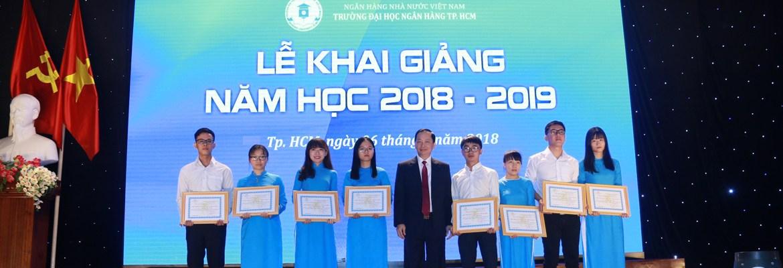 Phó Thống đốc - Đào Minh Tú trao học bổng cho sinh viên có thành tích học tập suất sắc năm học 2017-2018